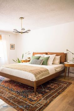 Mid Century Modern Bedroom with white walls, vintage rug, leather headboard and DIY projects! #midcenturymodern #vintageliving #midmodbedroom #midcentury