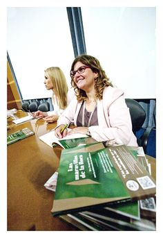 Judit Mascó y Dra. Margarida Mas durante la firma de ejemplares tras la presentación de #LasMaravillasDeLaFlora en Vall d'Hebron 30/09/2014