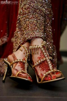 bridal footwear with bold stones Lovely Indian bride wedding photography desi www.weddingstoryz.com Wedding Storyz| Indian Bride | Indian Wedding | South Asian | Bridal wear | Lehenga | Bridal Jewellery | Makeup | Hairstyling | Indian | South Asian | Bridal Shoes Bridal footwear