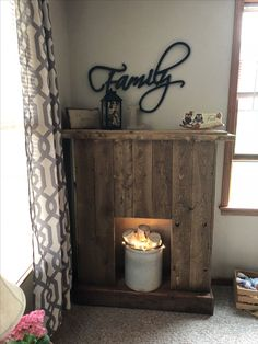 Hottest Pictures primitive Faux Fireplace Tips If you're like the majority of urban apartment dwellers, you're dealing with limited space, fini Pallet Fireplace, Distressed Fireplace, Candles In Fireplace, Fake Fireplace, Rustic Fireplaces, Faux Mantle, Barn Wood Crafts, Farmhouse Style, Farmhouse Decor