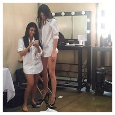 Kendall and Kourtney may be sisters, but they don't have a whole lot in common, especially their height! Kim hilariously joked in a new pic that Kendall and Kourtney were 'twins! Kim Kardashian, Kardashian Family, Kardashian Photos, Kardashian Workout, Kardashian Memes, Kardashian Fashion, Kardashian Kollection, Kendall Y Kylie Jenner, Kris Jenner