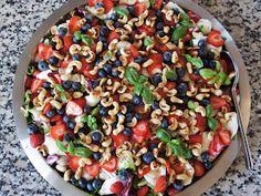 Sommersalat salat med jordbær blåbær mozzarella
