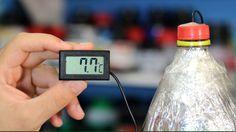Usando duas garrafas PET, papel-alumínio e jornal, você consegue fazer uma garrafa térmica caseira!