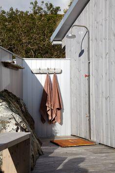 UTENDØRS BADEROM: Utedusjen er bygget inntil hytteveggen.