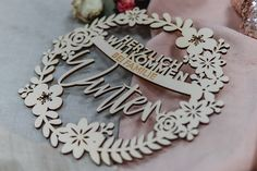 ✨Herzlich Willkommen im neuen Monat... June, be good✨ @die_macherei // Unser wunderschöner personalisierter Holztürkranz in floraler Version . . . . . . . #diemacherei #diemachereishop #madeinaustria #gifts #geschenke #personalisiertes #personalisiertegeschenke #besonderes  #bold #makeitpop #makersgonnamake #makersclub #austria #onlineshop #shop #bespoke #custom #girls #Türkranz #Holzkranz #interiordecor Die Macher, Monat, Shops, Birthday Cake, Interior, Girls, Desserts, Creative Gifts, Personalized Gifts
