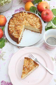Es gibt nichts besseres als Apfel-Sandkuchen mit Mandeln, wie ihn schon meine Oma gebacken hatte. Mit Stücken süßer Apfelspalten und einem zarten und feinen Sandkuchenteig ist dieser klassischer Apfel-Sandkuchen mit Mandeln die Essenz der Einfachheit. #apfelkuchen #apfelkuchenrezepte #apfelkuchenrezepteinfach #backen #sonntagsistkaffeezeit