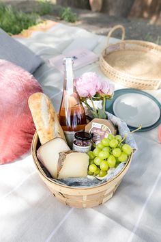 We share our favourite picnic tips and activities while dining al fresco with a picnic blanket, charcuterie and a bottle of bubbly. Picnic Date, Summer Picnic, Beach Picnic Foods, Fall Picnic, Comida Picnic, Romantic Picnics, Romantic Dinners, Picnic In The Park, Le Chef