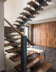 escalier tournant avec marches en bois et limon central en acier