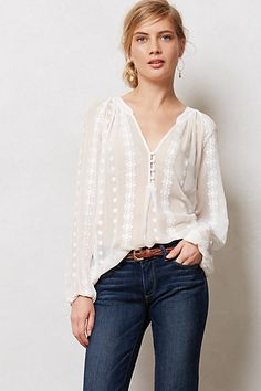 Neve Peasant Top I love the simple elegance of this blouse. Moda Mania, Pretty Outfits, Cool Outfits, Estilo Jeans, Mein Style, Peasant Tops, Peasant Blouse, Blouse Outfit, Passion For Fashion