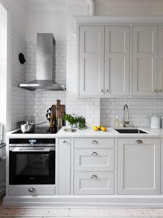Extraordinary Grey Kitchen Cabinets Design For You Copy Grey Kitchen Cabinets, Kitchen Cabinet Design, Interior Design Kitchen, Home Decor Kitchen, Rustic Kitchen, New Kitchen, Grey Kitchens, Home Kitchens, Cocinas Kitchen