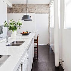 ainda dá tempo de correr lá no blog pra conferir o Capítulo 2 do apartamento lindo da @macayaba e do @juanpablorosenberg, casados na vida e no escritório AR Arquitetos ♥ a cozinha é quase toda branca, a não ser pelo piso e pela viga de concreto à mostra, que a gente ama! outra solução legal é a tubulação assumida entre as janelas... veja esse espaço e vários outros na matéria no historiasdecasa.com.br #minimalista #concreto #arquitetura #todacasatemumahistoria foto: @alessandroguima