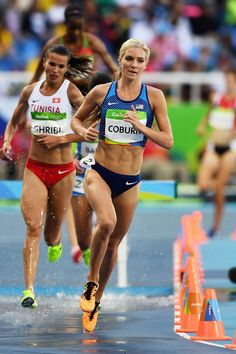 Emma Coburn Photos - Emma Coburn of the United States competes in the Women's Steeplechase Round 1 on Day 8 of the Rio 2016 Olympic Games at the Olympic Stadium on August 2016 in Rio de Janeiro, Brazil. Best Cardio Workout, Running Workouts, Emma Coburn, Olympic Runners, Running Photos, Long Jump, Olympic Athletes, Running Inspiration, Marathon Running