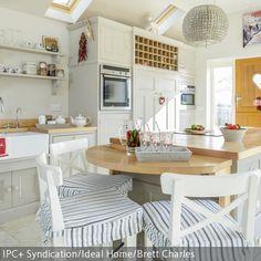 Die Küche im natürlichen Look überzeugt durch besonders viel Stauraum. Die Kücheninsel wurde im Apothekerstil gestaltet und hat daher besonders viele  …