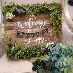 ホームセンターで購入された木材に100均で購入されたフェイクグリーンをたっぷりと飾ったウェルカムボード。ご新婦さまがフリーハンドで文字を書かれたそうです。