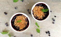 lindastuhaug | Mini smuldrepai med blåbær, 2-3 stk  200 g ferske eller frosne blåbær 25 g sukrin+ 15 g sukrin gold 0,5 dl vatn 1 ss potetmjøl  40 g havregryn, lettkokte 20 g sukrin gold 20 g ekte smør