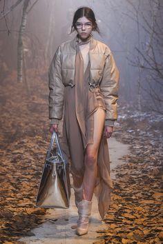 Off-White Fall 2017 Ready-to-Wear Collection Photos - Vogue I Love Fashion, Fashion Week, Fashion Details, Fashion 2017, Autumn Fashion, Woman Fashion, Runway Fashion, High Fashion, Fashion Design