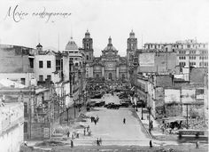 En 1935 fue inaugurada la Avenida 20 de noviembre en pleno Centro Histórico de la Ciudad de México. En el fondo un templete, coches y en el primer plano un señor con bicicleta.
