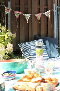 Picknickideen Sommerkueche draussen mit Kindern Jules kleines Freudenhaus Table Decorations, Furniture, Home Decor, Summer Time Love, Picnic Ideas, Seasons Of The Year, Glee, Decoration Home, Room Decor