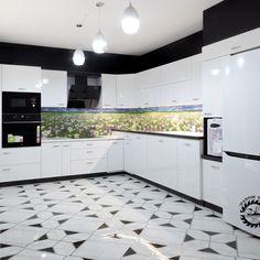Fekete-fehér konyhabútor tükörfényű akril ajtófrontokkal, swarovski fogantyúkkal. A csempe helyére mintás üveghátfal került. Decor, Cabinet, Kitchen, Kitchen Island, Home Decor, Kitchen Cabinets