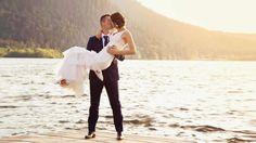 Superbe portrait de couple au bord du lac de Gerardmer. photographe de mariage wedding photographer cinema style.