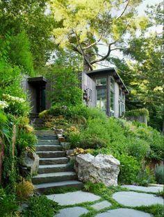 Une vue d'un jardin paysager avec des escaliers en pierre