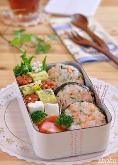 Looks like salmon with green onions mixed together with rice to make the onigiri. Vegan Lunch Box, Sushi Lunch, Bento Box Lunch, Bento Recipes, Lunch Box Recipes, Japanese Lunch, Japanese Food, Bento And Co, Food Humor