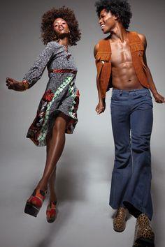 O vestido de Simone por Duro Olowu, sapatos por Marni e jóias de Noir.  Colete do vintage de Henry e sapatos de Screaming Mimi e vintage das calças de brim de Melet Mercantile.