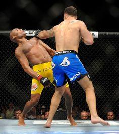O brasileiro Anderson Silva, 38, perdeu o cinturão dos médios do UFC para o americano Chris Weidman, ao 1min18s do segundo round, em Las Vegas. A luta ocorreu na madrugada de domingo (7) - http://epoca.globo.com/?ver=http://epoca.globo.com/tempo/fotos/2013/07/fotos-do-dia-7-de-julho-de-2013.html (Foto: AP Photo/David Becker)