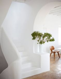 Love the all white look, the round edges and the craft of the stairs. Looks great.   White summer retreat in Greece | 79 Ideas
