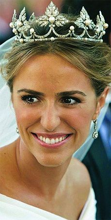 Laura, the new Duqesa de Feria, wore a classic diamond strawberry leaf tiara, with button pearls at the centre of each diamond leaf and smaller button pearls as spacers at the top of each linking diamond scroll