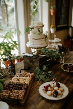 This stunning tiny forest wedding takes backyard weddings up a level (with the cutest kitty!) wedding food This stunning tiny forest wedding takes backyard weddings up a level (with the cutest kitty! Wedding Desserts, Wedding Cupcakes, Wedding Cake Toppers, Wedding Themes, Wedding Tips, Summer Wedding, Dream Wedding, Wedding Decorations, Themed Weddings