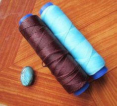 Excellent tutorial on wrapping a stone with micro macrame: Part russian Macrame Colar, Macrame Art, Macrame Design, Macrame Projects, Macrame Necklace, Macrame Jewelry, Macrame Bracelets, Diy Jewelry, Jewellery