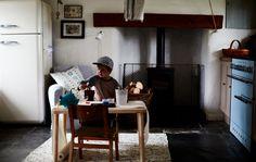 Nicht nur das Kinderzimmer ist zum Spielen da. Mit einem tragbaren Spieltisch können Kinder überall kreativ werden.