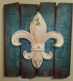 This fleur-de-lis wall art looks lovely mounted in an entryway or bedroom. Delicately curved and distinctly French-inspired, it adds elegance to any wall in the home. Do It Yourself Decorating, Saints, Home Decor Mirrors, Pallet Art, Pallet Signs, Rustic Art, Wood Wall Decor, Kitchen Wall Art, Cool Walls