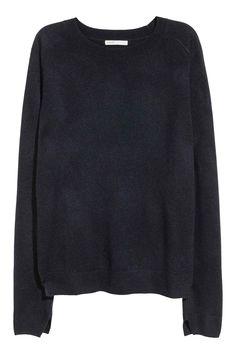 PREMIUM QUALITY. Een fijngebreide trui van kasjmierwol met lange raglanmouwen met een splitje onderaan en een splitje onder aan de zijkanten. De trui heeft
