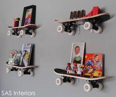 Skateboard aan de muur met hebbedingetjes.