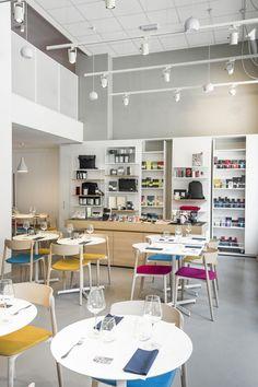 """Inaugurato di recente, il Moleskine Café è un format che reinterpreta l'idea del classico """"café littéraire"""" immergendolo in…"""