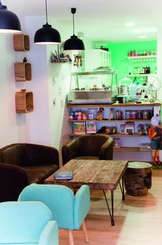 Café Noisette - 21 boulevard Pasteur.  On peut y bruncher, y déjeuner, tout en laissant les enfants jouer dans l'espace qui leur est réservé. Les gérantes, Aurore et Eloïse organisent également des ateliers pâtisseries et des après-midi nail-art. Crédit photo : LL