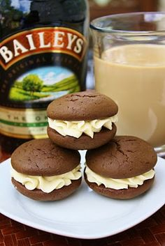Irish Cream Whoopie Pies Cook'n Is Fun - Food Recipes, Dessert, and Dinner Ideas Just Desserts, Delicious Desserts, Yummy Food, Irish Desserts, Green Desserts, Dessert Healthy, Asian Desserts, Dinner Healthy, Healthy Eating