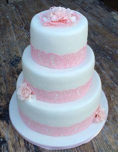 Bruidstaart van 3 lagen met rose kanten laag en bloemen