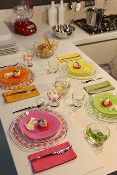 #matildetiramisu #concorso Tavola allegra ed elegante.  Colori allegri e vivaci, arancio,  fucsia, verde e giallo. Un tocco di brio ma con tanta eleganza.