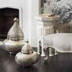 lampes orientales lampadaire-argent-cheminée-mural-lecture-livres-set-s … orientalische lampen bodenleuchte-silber-kamin-wandgemälde-leseecke-bücher-sessel – Mobilier de Salon Moroccan Floor Lamp, Moroccan Bedroom, Moroccan Interiors, Moroccan Lounge, Moroccan Lanterns, Style At Home, Br House, Decoration Evenementielle, Moroccan Design