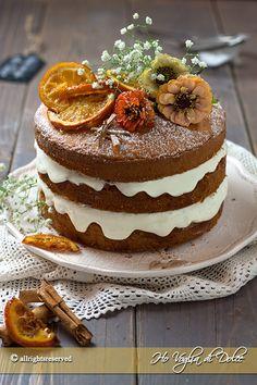 Naked cake all'arancia o torta nuda con crema di ricotta. Torta a più strati ma priva di coperture. Ricetta per un dolce elegante per occasioni speciali