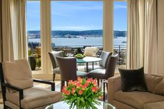 Overlooking the Seattle waterfront, the dining nook offers casual dining for four and features full-length windows to take advantage of the beautiful views.