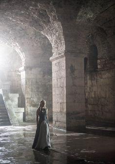 Elizabeth Darlin visitando las entrañas del castillo. (Game Of Thrones-Daenerys Targaryen)