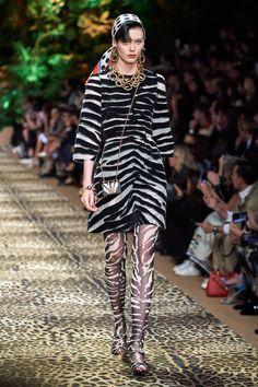 Dolce & Gabbana Spring 2020 Ready-to-Wear Fashion Show - Dolce & Gabbana Spring 2020 Ready-to-Wear Collection – Vogue - Fashion Week, Fashion 2020, Look Fashion, Runway Fashion, High Fashion, Fashion Outfits, Fashion Design, Milan Fashion, Fashion Ideas
