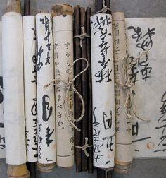 Rollos manuscritos con la escritura japonesa.