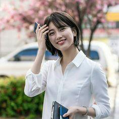 "Suzy short hair ""While you were sleeping"" (Kdrama) Korean Short Hair, Short Hair Cuts, Short Hair Korea, Shot Hair Styles, While You Were Sleeping, Bae Suzy, Korean Actresses, Ulzzang Girl, Korean Beauty"