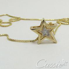 Semijoia folheada a ouro com pingente de estrela cravejado de zircônias. Pode ser usado do outro lado, pois tem uma zircônia decorando o pingente. #cassie #semijoia #folheada #zircônia #estrela #star #happy #good #trends #me #inlove #instamoda #likes #look #picoftheday