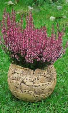 *Dieser Blumentopf ist momentan nur auf Bestellung erhältlich. Wartezeit ca. 2-3 Wochen.* Blumentopf aus gelber Steinzeugmasse hergestellt und mit Oxiden behandelt. Von innen ist der Blumentopf...